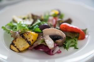 旬の野菜と魚介で織りなすギリシャ料理のスターター『メゼデス/ギリシャアペタイザー5種 盛り合わせ』