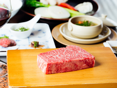 人気のオックステールスープや特選神戸ビーフステーキに加え、黒鮑のステーキのついたコース