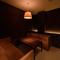 8名収容のソファー席は会食や小規模宴会向き。コース料理もあり