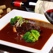 ワインをたっぷり使う『ビーフシチューほほ肉の赤ワイン煮込み』