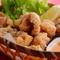 お肉の下味、特製のタレが味の決め手。お酒が進む『ラスタマン特製鶏のから揚げ 2種盛』