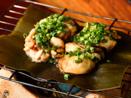 酒の肴に打ってつけ、ゲストの目の前で焼かれる『真牡蠣と真鱈の白子昆布焼』<2人前より>