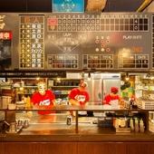広島愛に溢れる店内には広島カープのスコアボードが