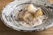 トリュフの上質な香りと鱗の香ばしい食感が際立つ『甘鯛の松笠焼き トリュフのソース』