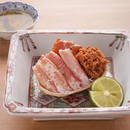 セイコ蟹とは地方によっては香箱蟹とも呼ばれる雌のズワイ蟹のこと。その蟹をシンプルに茹でてから身を取り出し、甲羅に盛り付け直しました。さっぱりとした土佐酢でいただきます。11月上旬~12月以外は禁漁期に。