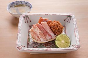 茹でてから丁寧に盛り付け直した蟹の身を土佐酢でいただく『セイコ蟹』