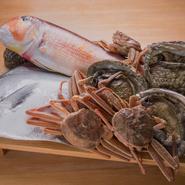 食材は自分が本当に美味しいと思うものだけしか使いません。焼き物には一年を通して、甘鯛、真名鰹、鮎、太刀魚など7種のみ。余計なことをするのではなく、それらに塩をあてじっくりと炭火で焼いていきます。