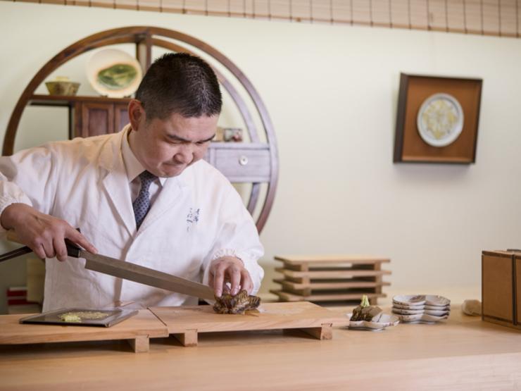 お客様との距離感を大切に、器を愛で、料理を味わう