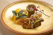 コースの中盤に登場する『八寸』。季節の食材をふんだんに使用し、変化に富んだ味わいに仕立てます