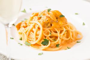 新鮮なウニをふんだんに味わえる濃厚クリームソース『ウニのトマトクリームパスタ』