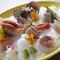さまざまな種類の魚介を盛り込んだ彩り豊かな『刺身盛り合わせ』