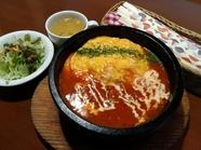 熱々を食べたいランチ『石焼きオムライス』 ※お皿に変更可。ソースお代わり自由!
