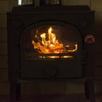 暖炉の揺れる炎を見ながら、穏やかに過ぎる2人の時間