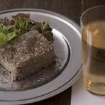 『酒飲め』という店名の通り、美味しい料理に合う美味しいお酒を数多く取り揃えています。例えば、看板料理の一つ『呪われたパテ』は、樽からの角ハイボールと相性よし。他にも様々な美味マリアージュが楽しめます。