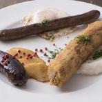 フランスのビストロでは、シャルキュトリー専門店から畜産加工食品を購入して調理する事が一般的。お店がある福岡で購入できない特別なソーセージや生ハム等を、シェフ自ら本場のレシピで作って提供している。