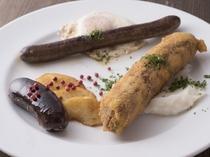 様々な自家製のシャルキュトリー(フランス流畜産加工食品)