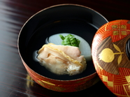 『お椀』※画像は「蛤と聖護院大根のお椀」。懐石料理の一例です。