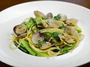 毎朝仕入れた有明産の新鮮アサリを使用。パスタは厳選のイタリア産です。アサリのダシが利いたシンプルな塩味。旬の地元野菜もたっぷりいただけます。