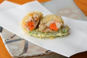 旬の美味しさが余すことなく凝縮された『香箱ガニの天ぷら(季節限定)』
