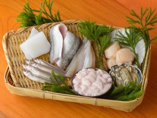 日々の入荷状況を直接確認しながら買い付ける鮮魚や野菜