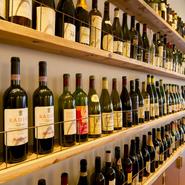 棚に並んだワインは、初心者はもちろん玄人の方にもたまらないラインナップ。好みの赤ワインで、お肉に合うソースもつくってもらえます。ワインに迷った時はスタッフに声をかけ、相談してはいかが。