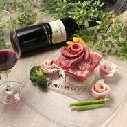 美しい色合いのお肉が、薔薇の花びらのように盛り付けられた『肉ケーキ』。豪華かつ華やかな一皿は、サプライズや記念日のお祝いにふさわしいのではないでしょうか。前日までの注文予約で用意してもらえます。