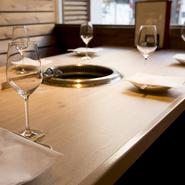 雰囲気の良いテーブル席で、美味しいお肉を焼きながら過ごす2人だけの時間。ムードを大切にしたい時は、半個室を利用するのもおすすめです。ワンランク上のお肉と美味しいワインに酔い、2人の距離も近づきそう。