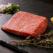 牛のバラ肉の中心部分に位置する部位。脂と赤身のバランスが一番とれていて柔らかい場所。お肉を引き立てるエシャロットと食感がおいしい粒マスタードとどうぞ。