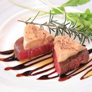 一番贅沢な組み合わせ。肉のやわらかさを最大限に生かすため、低温でじっくりと火入れをいたしました。バルサミコのソースと白トリュフの香りがするオリーブオイルをからめてどうぞ。