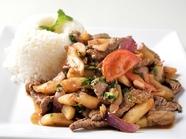 牛肉や玉ねぎを炒めた家庭料理『ロモ サンタード』