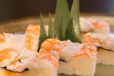 えびとウニの甘さを同時に楽しめる!『えびとウニの押し寿司』