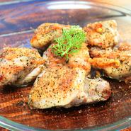 元気いっぱいに育てられた宮崎県産の銘柄鶏である「日南鶏」を使用。表面はパリッと香ばしく、お肉はふっくらとジューシーに焼き上げています。柔らかいお肉の旨みと特製ハーブの風味が食欲をそそる一皿です。