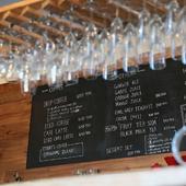 ぶら下がったワイングラスが目を引くおしゃれなカウンター