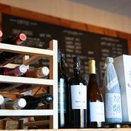 牡蠣料理などと一緒に、お酒とのマリアージュもぜひお愉しみください。ワインの他に、日本酒や焼酎なども揃えています。お酒を酌み交わしながらゆったりと語り合う、男子会などにもご利用いただければ嬉しいですね。