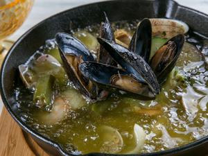 ふつふつオリーブオイルで煮込まれた魚介と野菜が盛りだくさん、贅沢な具材の宝箱『魚介のアヒージョ』