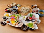 そばと一緒に、天ぷらや三田のマルセ牛ステーキなどをたっぷり味わえるコースです。地元の野菜を使い、素材本来の旨みを味わえます。自家製ドレッシングや味噌をつけるもよし、そばと一緒にいただくのもおすすめ。
