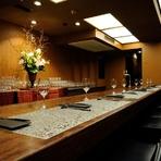 お一人のお客様も多くいらっしゃいます。テーブルへのご案内も可能です!