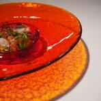 市場からの新鮮な魚介類を使って、サラダ仕立てに。女性に大人気の一皿です。