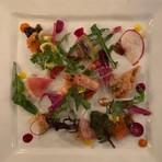 ボリュームたっぷりのパテ・ド・カンパーニュは人気のアラカルトメニュー。お肉の印象を変える地元産の色鮮やかな季節野菜のピクルスが名脇役。ワインにもベストマッチの、あとを引く味わいが魅力です。