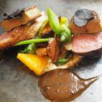 素材に使われているきじは秋田県のハンターから届いたばかり。やわらかな肉質と香ばしい風味、素材の持つ贅沢さを存分にひきだしたロティをアートのような美しい盛りつけで楽しめる人気の一皿です。