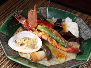 にんにく風味がたまらない、香港を感じる絶品料理『季節のはまけん風 海鮮香港蒸し物』