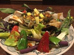 コースの中には香港風味オリジナル品  海鮮魚 貝類 甲殻類など使って大皿ボリユームありますす