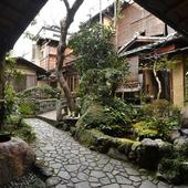 数寄屋造りの空間の中、日本庭園を臨みながらお食事が楽しめる