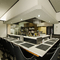 カウンターを敢えて低めに設計。厨房が見渡せるオープンキッチン