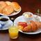Cモーニング ベーコンエッグとソーセージとサラダ、フルーツヨーグルトとお好みのパンとオレンジジュース