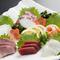 生簀の魚を使った新鮮な魚料理が自慢