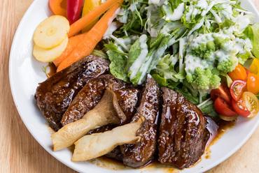 赤身肉の旨みがしっかりと味わえる『鹿肉のステーキ』(パンorライス付)
