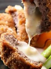 一口噛めば、熱々の肉汁とチーズがあふれ出す『自家製ジューシーチーズ牛メンチカツ』