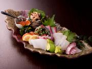契約している魚屋から、毎日鮮度抜群の魚を仕入れ。旬魚を中心に、鯛やサーモン、イクラなどが彩り良く盛り付けられています。魚本来の美味しさを満喫しながらお酒をいただけば、至福の時間が訪れることでしょう。