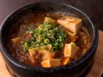 熱々な『辛! 石焼きマーボー豆腐』など充実した逸品料理